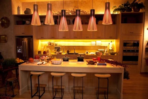 a-designer-de-interiores-marina-linhares-projeta-a-unica-cozinha-da-mostra-de-83-m-os-grandes-armarios-em-madeira-clara-emolduram-e-dao-um-ar-rustico-ao-ambiente-a-27-casa-cor-sp-1369852535107_750x500