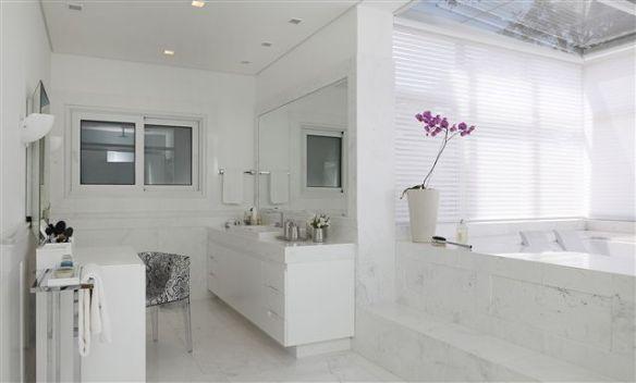 banheiro branco com penteadeira