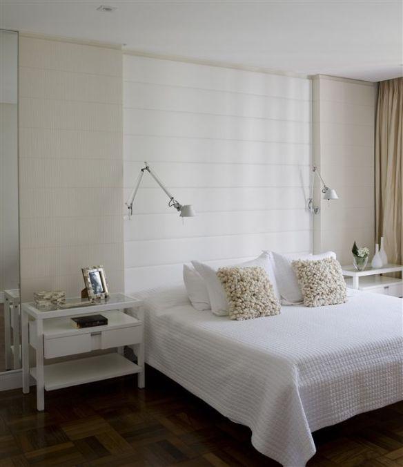 quarto branco com painel